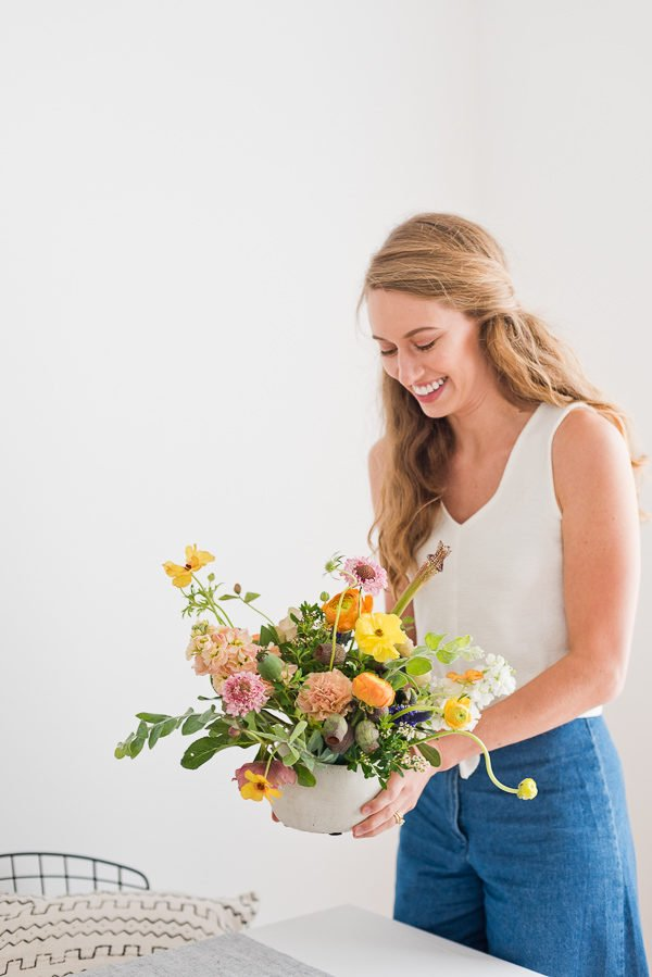 Click through for the perfect summer flower 'recipe'. Plus, 8 tips from a florist for easy flower arranging at home. #floralarrangement #summerflowers #summercenterpiece #wildflowersarrangement #colorfulflowerarrangement