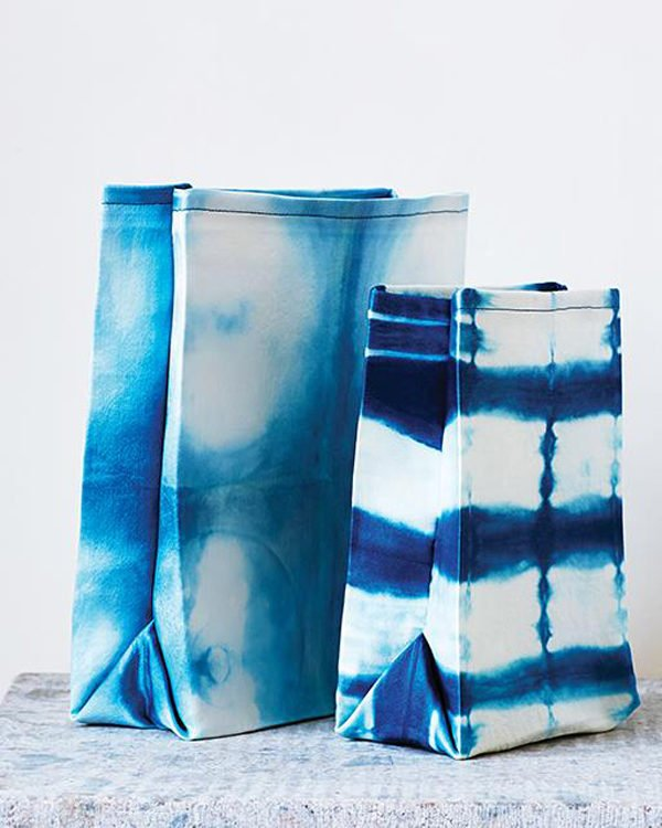 How to make a shibori canvas lunch bag. Click through for all 24 unique back to school ideas. #backtoschool #backtoschooldiy #diy #diyideas #backtoschoolideas