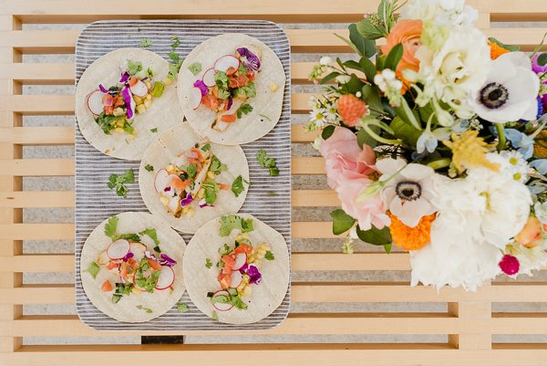 Fresh tacos and florals! Click through for entertaining tips from Brittni Mehlhoff of Paper and Stitch. #summerentertaining #entertainingideas #entertainingtips #dinnerparty #outdoorentertaining