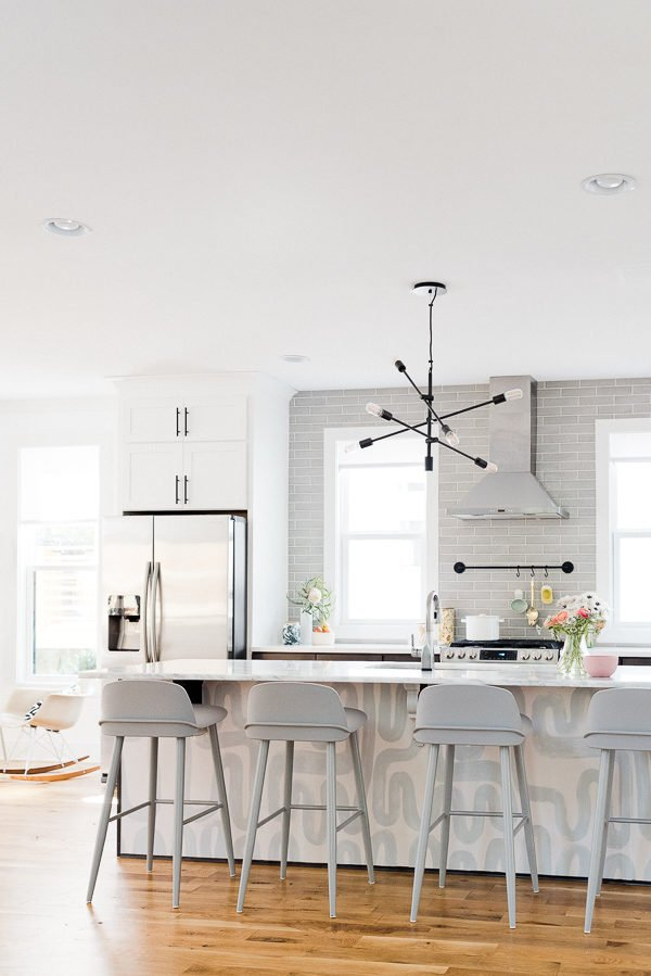 Light and bright kitchen makeover. #kitchenmakeover #kitcheninspiration #lightkitchen #modernkitchen #roommakeover