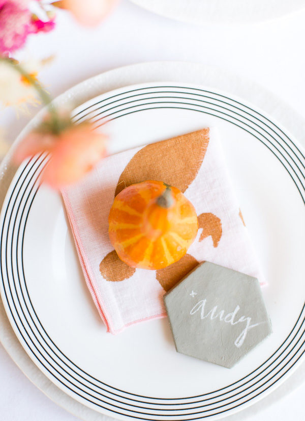 Thanksgiving place setting idea. Click through for a unique Thanksgiving tablescape that is minimal and modern, but still cozy and colorful. #thanksgiving #tablescape #tabledecor #entertainingideas #thanksgivingentertaining #thanksgivingdiy
