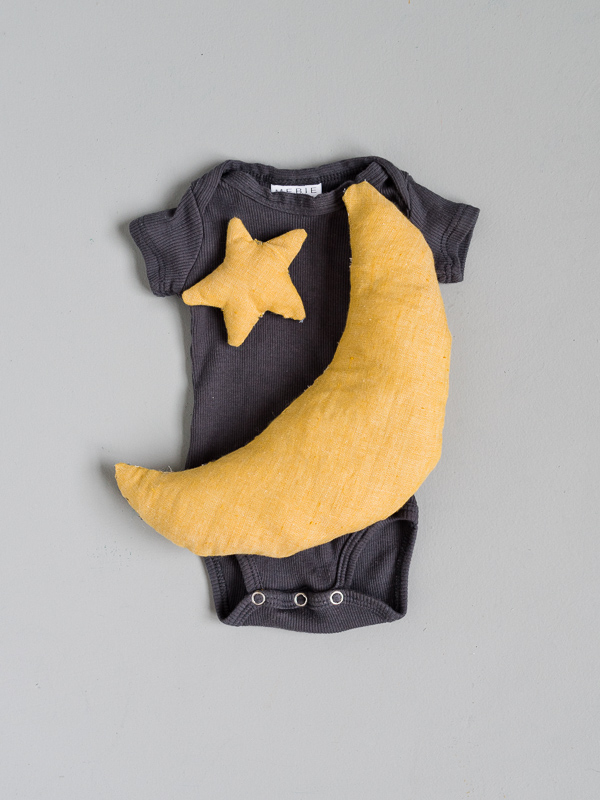Make this for Halloween! 3 Last Minute Halloween Costumes for Babies that Are Actually Super Cute. #halloween #halloweencostume #diyhalloween #diyhalloweencostume #mooncostume #babycostume #moonandstars