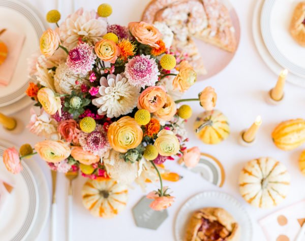 A unique Thanksgiving tablescape that is minimal and modern, but still cozy and colorful. #thanksgiving #tablescape #tabledecor #entertainingideas #thanksgivingentertaining #thanksgivingdiy