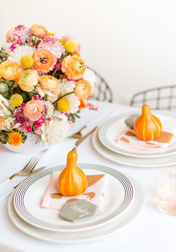 Place setting idea for Thanksgiving. Click through for a unique Thanksgiving tablescape that is minimal and modern, but still cozy and colorful. #thanksgiving #tablescape #tabledecor #entertainingideas #thanksgivingentertaining #thanksgivingdiy