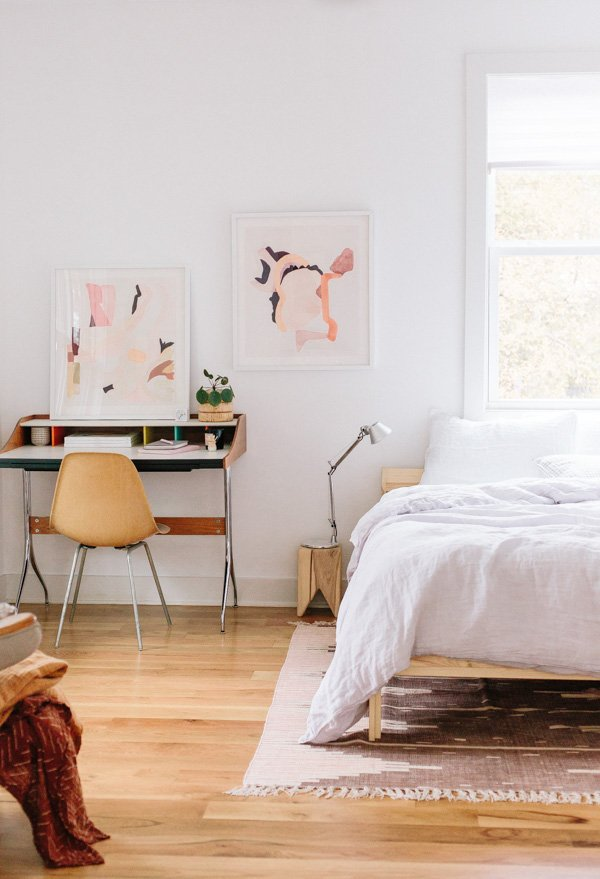 Peek into the minimal modern guest bedroom of Paper and Stitch founder, Brittni Mehlhoff. And get 5 tips for refreshing your guest bedroom before having guests. #guestroom #bedroom #organicmodern #minimalbedroom #bohobedroom #eclecticbedroom
