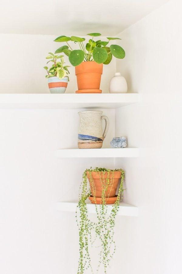 33 Ways to Organize Your Life: DIY Corner Shelves. #organization #organized