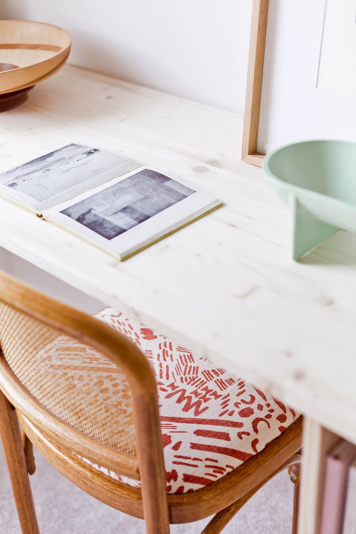 This DIY desk idea (with storage) uses just a few pieces of wood and some cleverly place corner braces. Click through for the tutorial. #desk #organicmodern #deskinspiration #wooddesk #diyfurniture