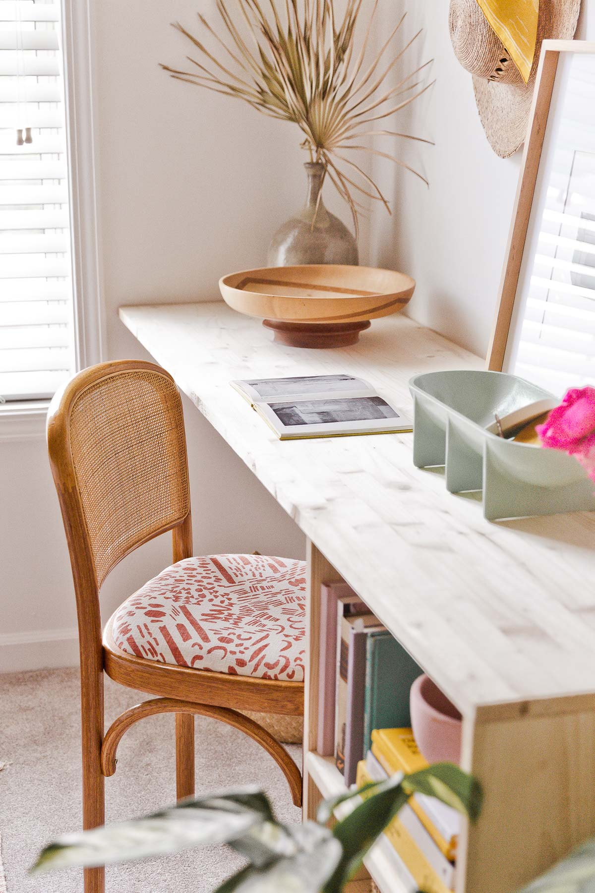 DIY desk idea (with storage) that uses just a few pieces of wood and some cleverly place corner braces. Click through for the tutorial. #desk #organicmodern #bookshelf #deskinspiration #wooddesk #diyfurniture