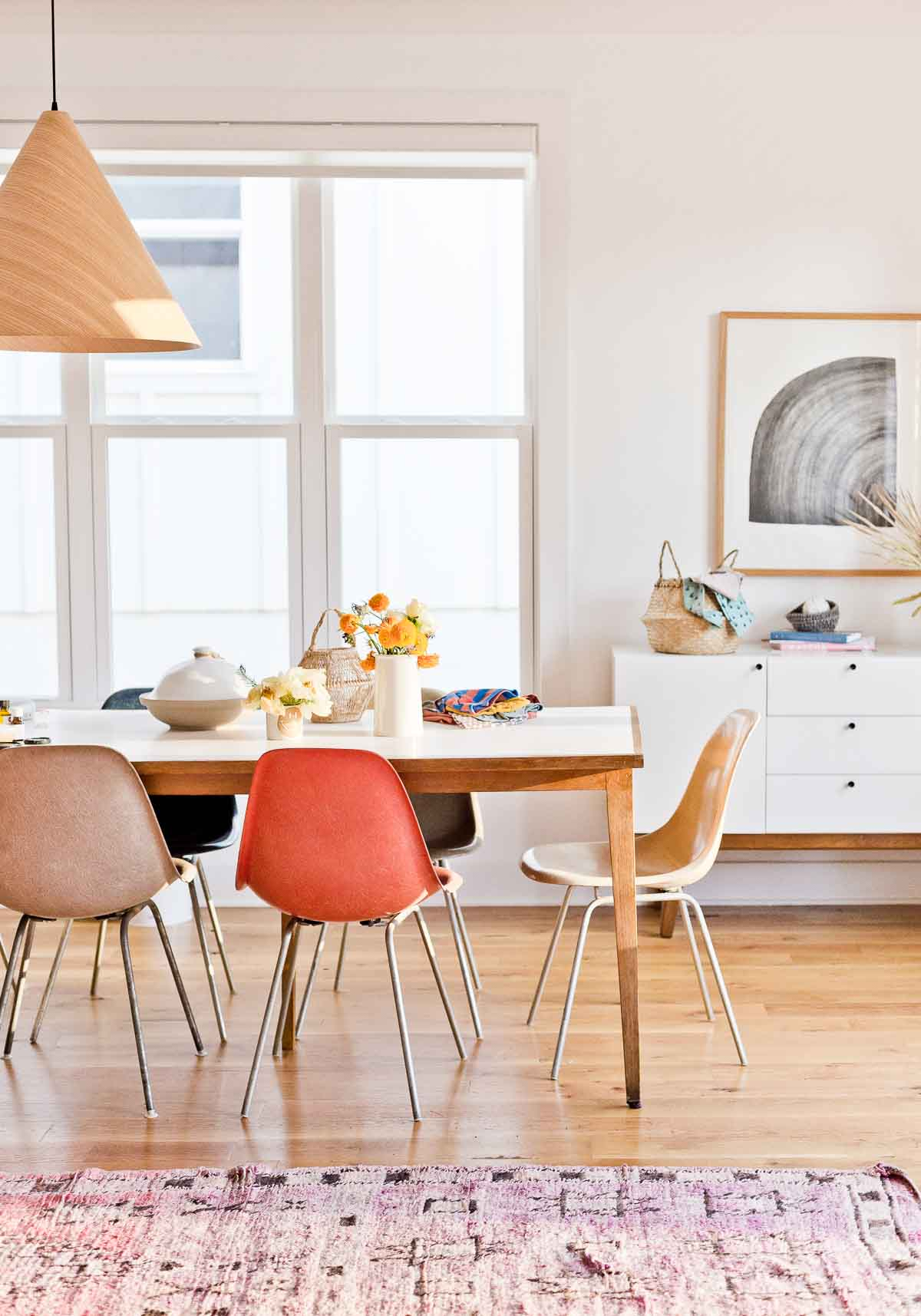 A California born DIY designer makes a home in Atlanta, GA inspired by her west coast roots and laidback style. #modernhome #organicmodern #diningroom #californiastyle #midcenturystyle