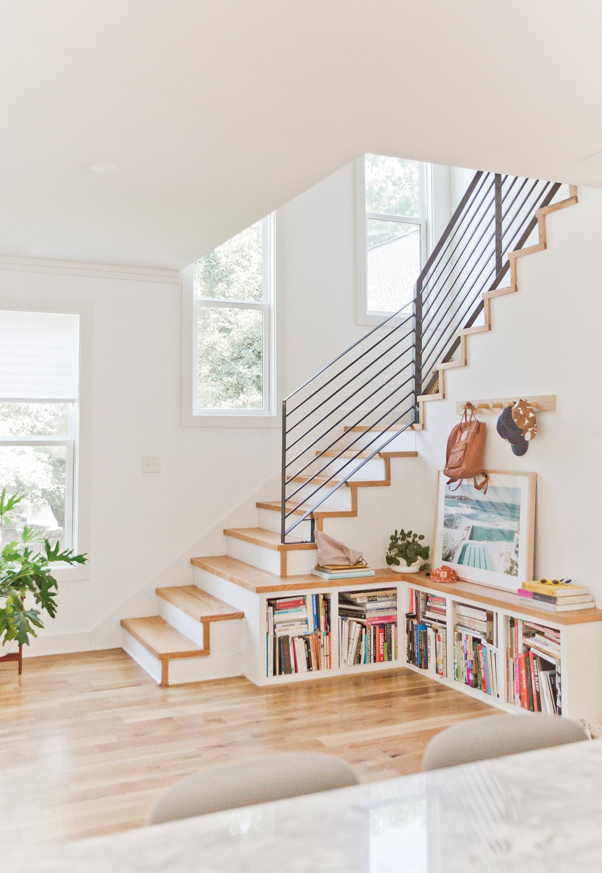 A California born DIY designer makes a home in Atlanta, GA inspired by her west coast roots and laidback style. #modernhome #organicmodern #diningroom #californiastyle #staircase #modernbookshelf #builtinbookshelf