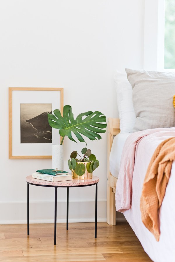 DIY Home Project! Make a unique modern side table with loads of style (It's terrazzo). And get a little guest bedroom inspo while you're at it. #sidetable #diyhome #diydecor #diyfurniture #weekendproject #pinkhomedecor #guestbedroom #organicmodern #minimalmodernhome #terrazzo