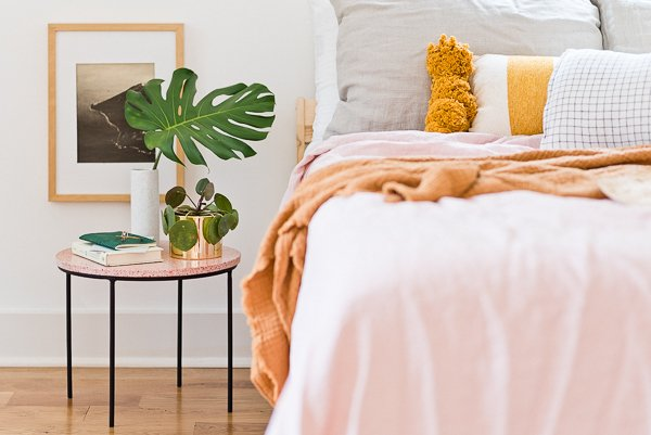 A DIY side and major guest bedroom Inso, with pops of pink. #sidetable #diyhome #diydecor #diyfurniture #weekendproject #pinkhomedecor #guestbedroom #organicmodern #minimalmodernhome #terrazzo