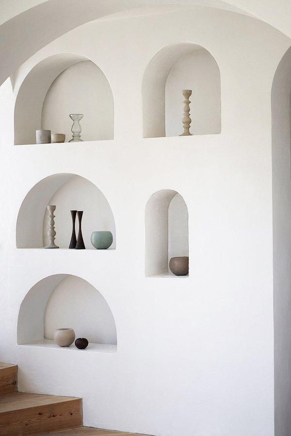 Function and fashion go hand in hand with these built in arched shelves from Apartment34. #arch #designtrend #interiors #organicmodern #livingroom #archbuiltin #builtins #shelving #archshelving