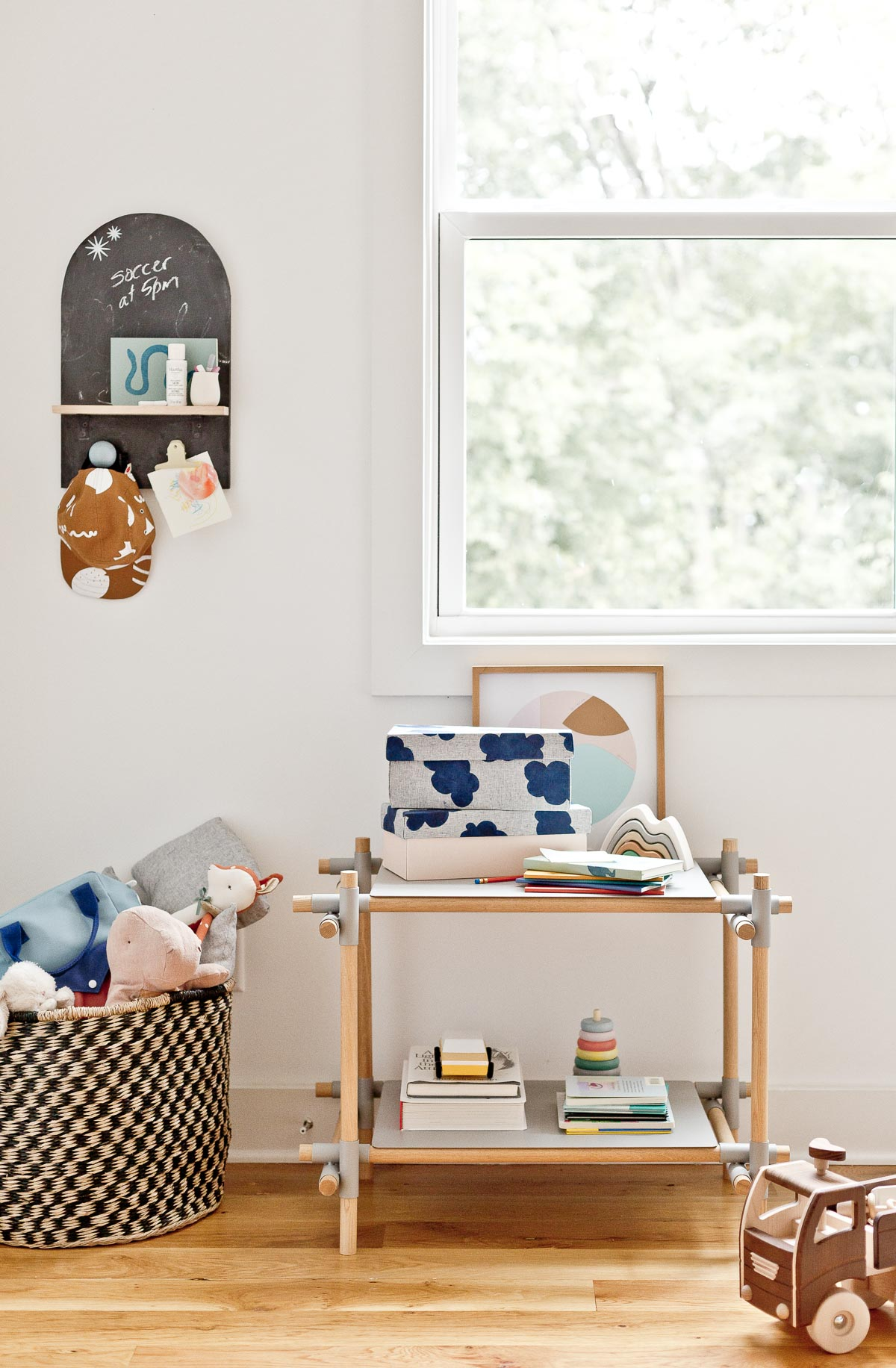 This cute little kid's corner is filled with practical (but still cool) back to school ideas that even adults would use. #diy #organization #storageboxes #decor #backtoschool #kidscrafts #kidsroom #memoboard #wallorganizer #chalkboard