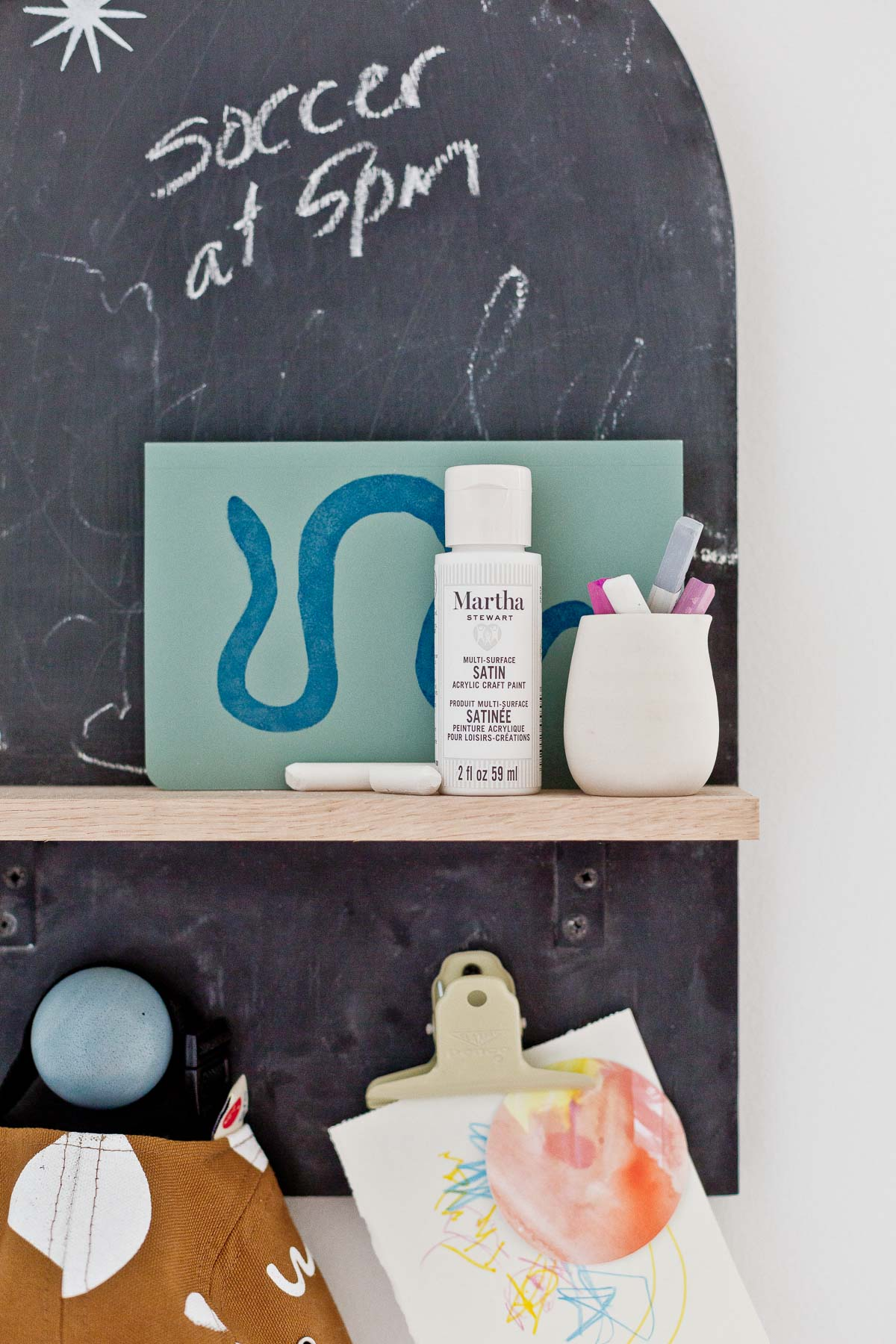 DIY Arch Wall Organizer! This back to school project is cool for kids and all, but it'd work just as well for adults. Don't you think? The arch shaped chalkboard and wood shelf are perfect for hallway or kitchen memos, etc. #diy #organization #backtoschool #kidscrafts #chalkboard #memoboard #wallorganizer #arch