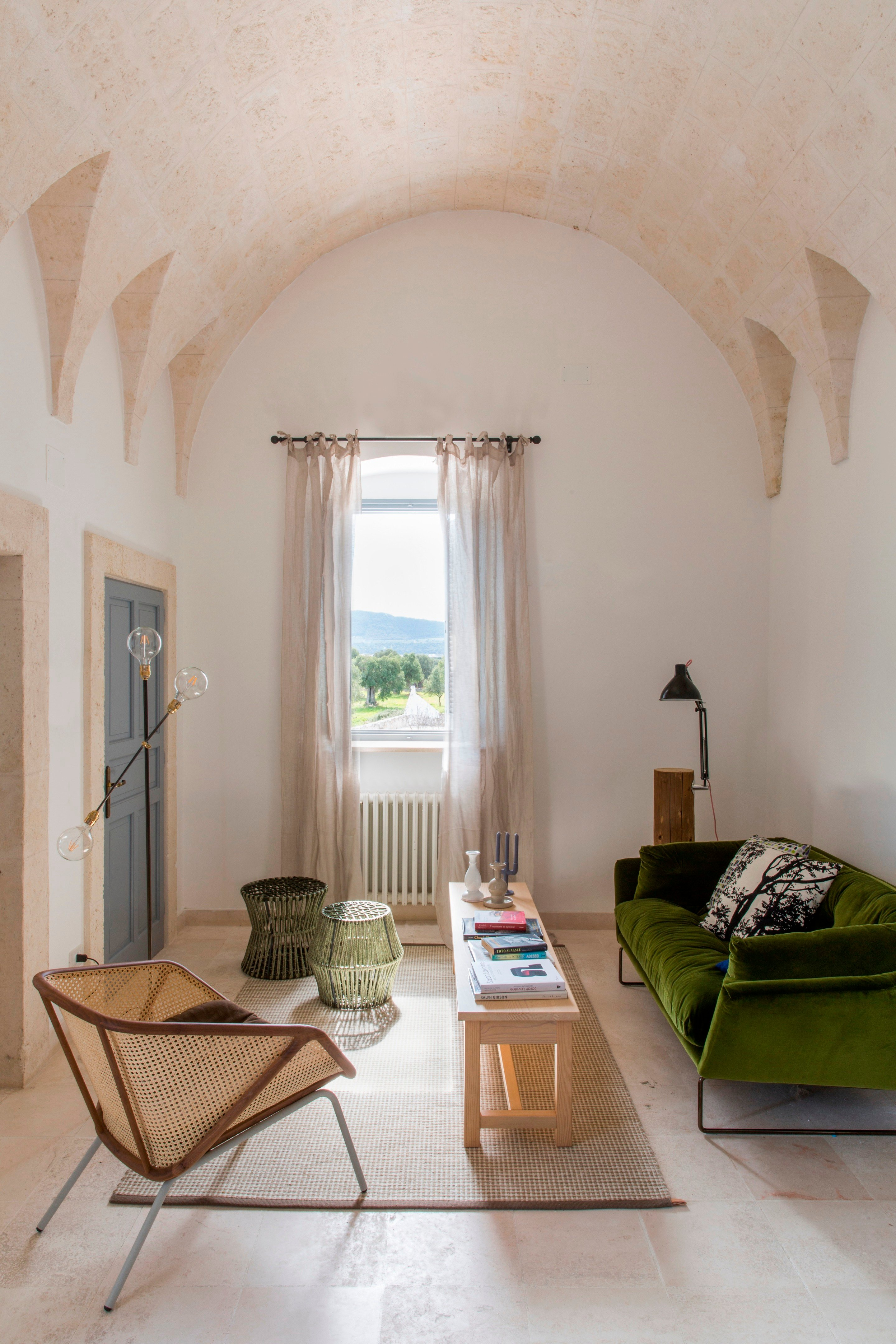 How beautiful is this arched Italian ceiling in the Masseria San Giovanni from archilovers? This space is actually a hotel, so all I really need to know is...when is check-in??? #arch #designtrend #interiors #organicmodern #livingroom